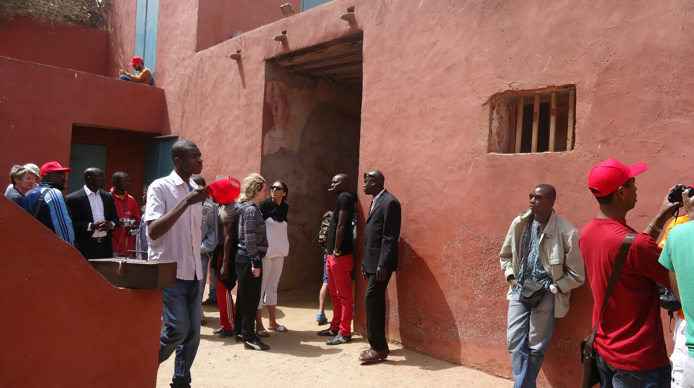 Commence la visite avec la maison des esclaves.