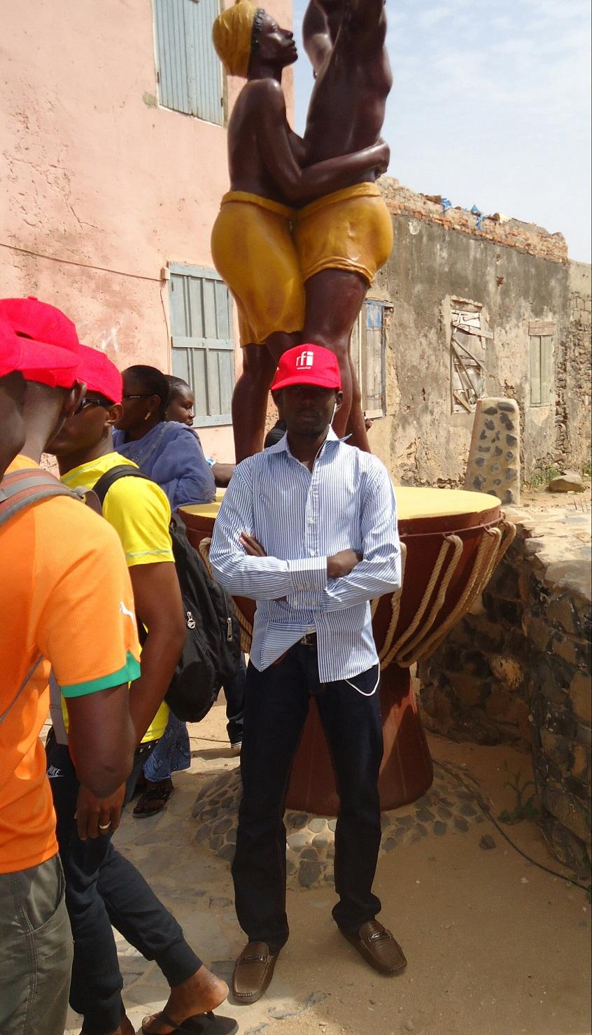Juste derrière moi, le monument commémorant l'esclavage offert par la Guadeloupe.