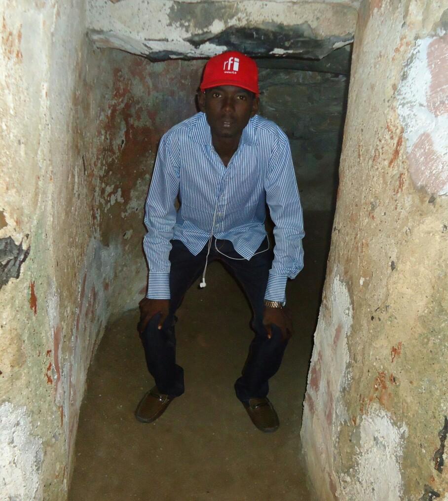 Dans une  cellule pour hommes à la maison des esclaves.